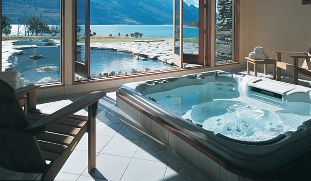 Blanket Bay: Jacuzzi with Lake View