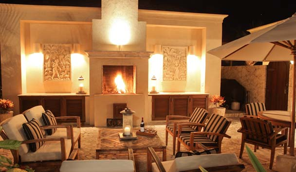 Bird of Paradise: Exterior Living Area with Fireplace