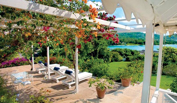 Classic Villas at Round Hill: Sunloungers and Gardens