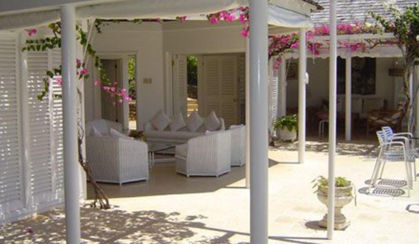 Classic Villas at Round Hill: Lounge and Patio Area