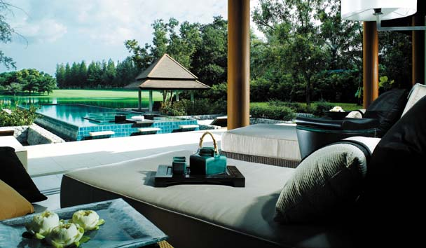 DoublePool Villas by Banyan Tree: Sunloungers by the Pool