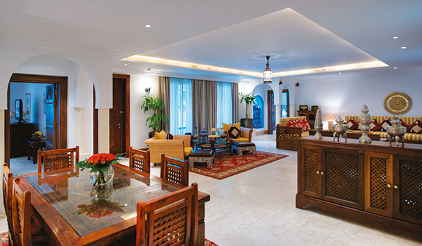 Jumeirah Malakiya Villas: Lounge and Dining Area