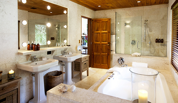 Treetops Lodge & Estate: Villa Bathroom