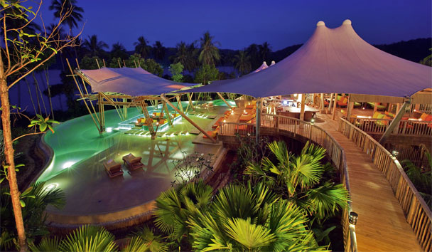 Soneva Kiri: Swimming pool at night