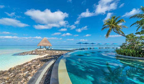Four Seasons Resort Maldives at Kuda Huraa: Infinity Pool