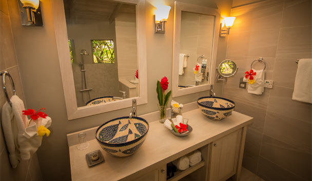 East Winds: Deluxe bathroom