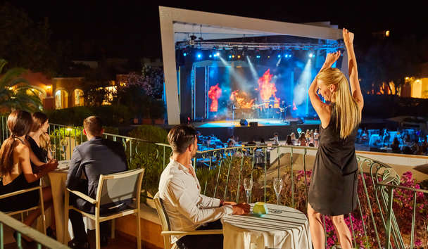 Forte Village - Le Palme: Piazza Luise Entertainment