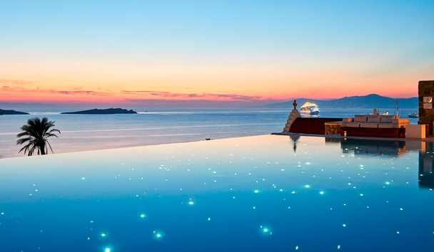 Bill & Coo Suites and Lounge: Infinity Pool