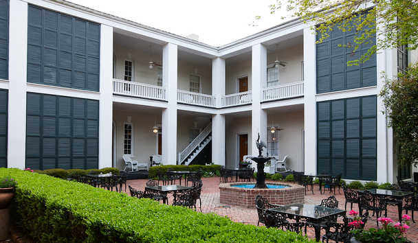 Monmouth Historic Inn: Courtyard
