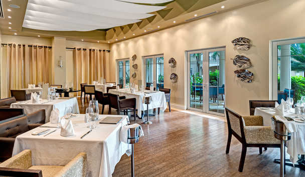 The Landings Resort & Spa by Elegant Hotels: The Palms Restaurant
