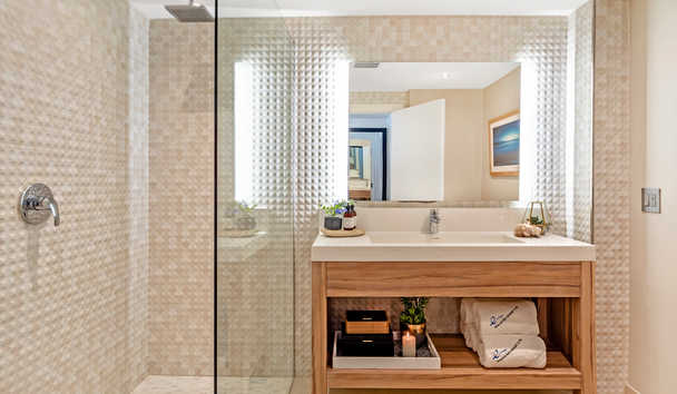 Hodges Bay Resort & Spa: Junior Suite Bathroom
