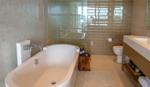 Hodges Bay Resort & Spa: Ocean Front Master Bath