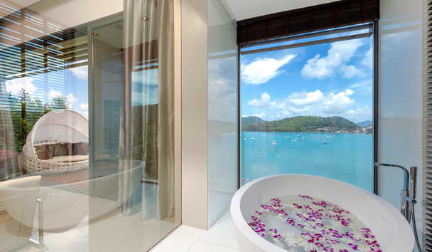 Cliff Top Residence: Deluxe Suite Bathroom