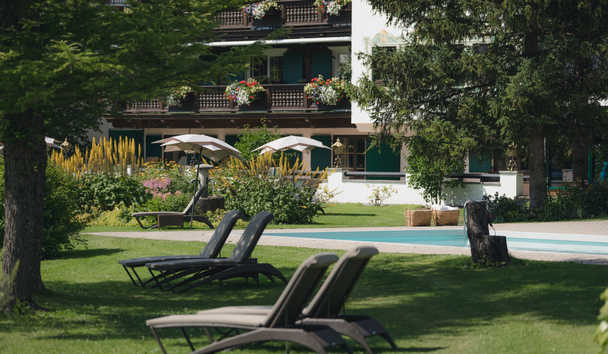 Hotel Arlberg: Pool and Gardens